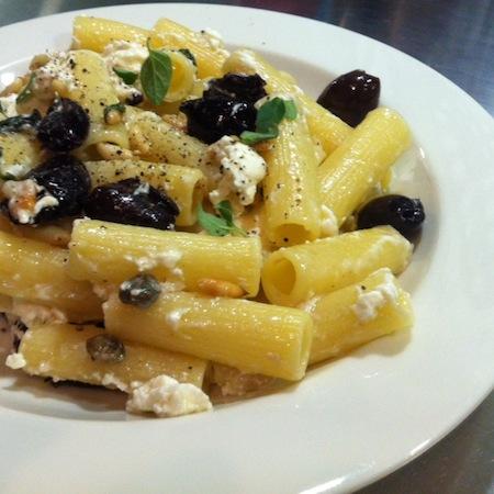 Millerighe mit Knoblauch, Oliven und Ziegenkäse