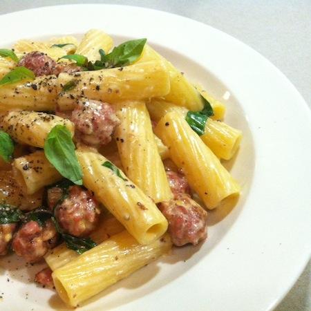 Tortiglioni mit Luganighe, Basilikum und Senf
