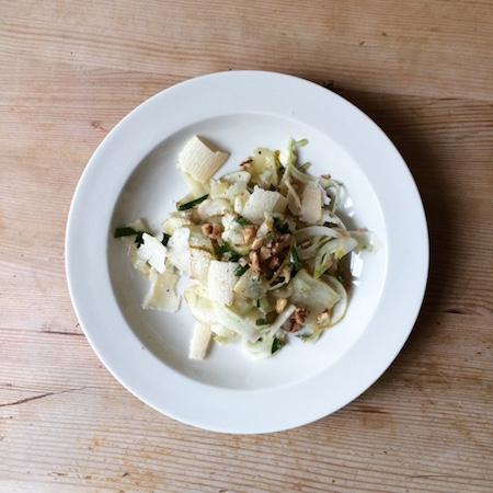 Birnen-Fenchelsalat mit gerösteten Baumnüssen und Parmesan