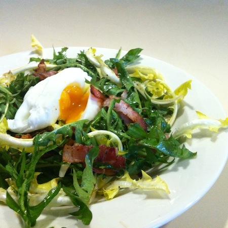 Löwenzahnsalat an Speckvinaigrette und pochiertem Ei