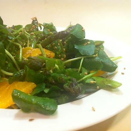 Salat von gebratenen Spargeln, Orangen und Brunnenkresse an Zitrus-Ingwer-Dressing