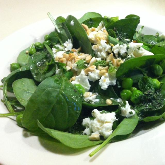 Spinatsalat mit Erbsen und Feta an Minzevinaigrette