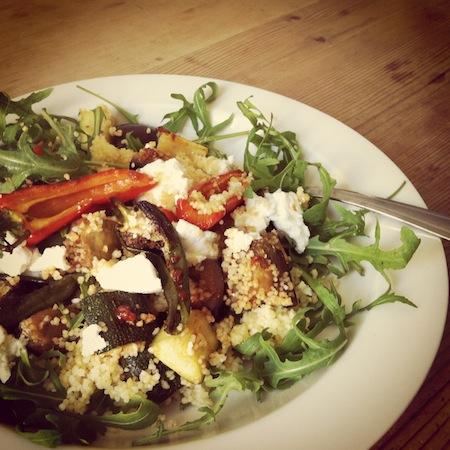 Geröstetes Gemüse mit Couscous und Ziegenkäse