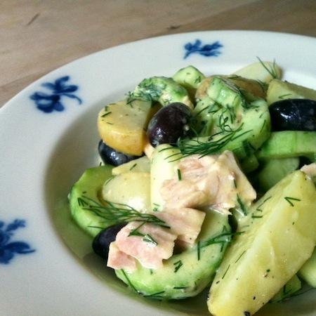 Lauwarmer Kartoffelsalat mit Gurken und Thunfisch