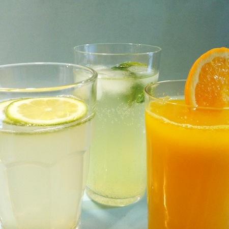 Zitronen-Minzelimonade, Safran-Kardamomlimonade und Orangenlimonade mit Orangenblüten