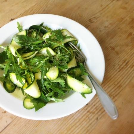 Zucchini-Ruccolasalat mit Basilikum und Parmesan
