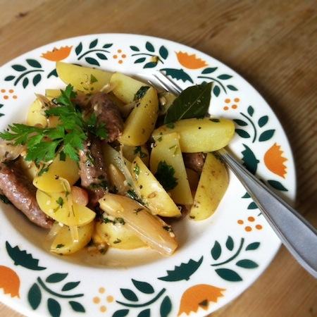 Kartoffel-Wurst-Eintopf mit Petersilie, Zitrone und Lorbeer