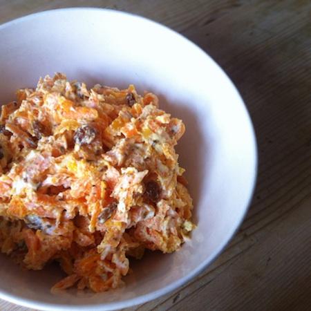 Rüeblisalat an Joghurtsauce mit Kreuzkümmel und Rosinen