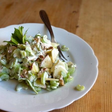 Waldorfsalat: Variante mit Baumnüssen und Gorgonzola