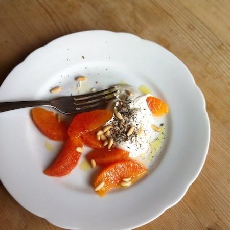 Orangen mit Joghurt, Za'atar und gerösteten Pinienkernen