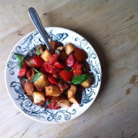 Warmer Brotsalat mit Tomaten