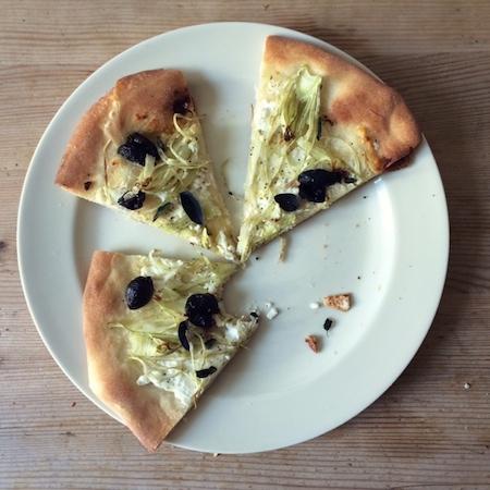 Fenchelpizza mit Ziegenfrischkäse und Oliven